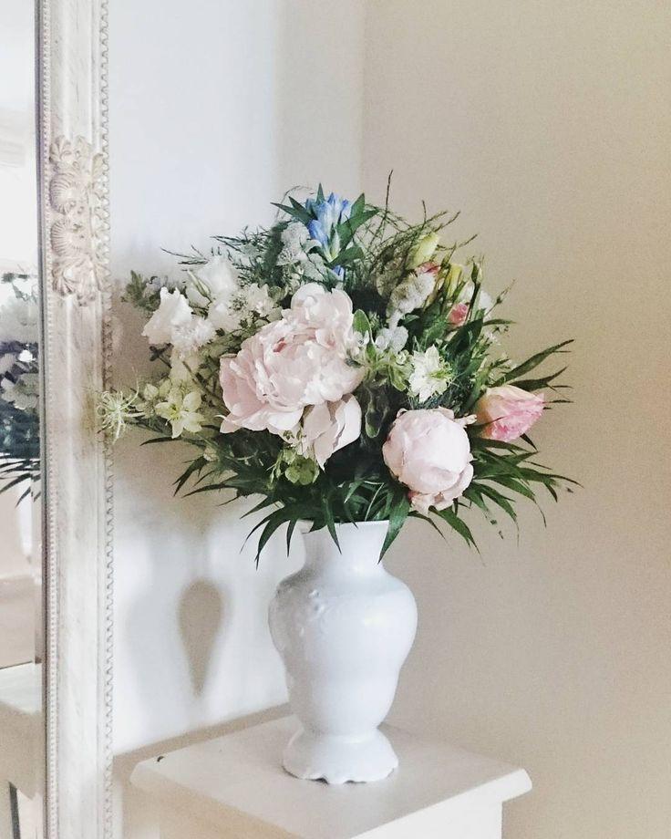 Ostatnie kwiaty z sobotniego wesela 😉 Drugi bukiet wykonany dla rodziców Państwa Młodych, tym razem polne pastelowe 💐    #bukiet #bukietpolnychkwiatów #bukietslubny #ślub #slub2017 #kwiatysapiekne #kwiatynaslub #kochamkwiaty #peony #peonies #piwonie #bouquet #weddingbouquet #weddingflowers #weddingphoto #wedding  #flowers #flowerlovers #floweraddict #natural #pastelowe #pastelove #kwiaciarnifloris #wroclove