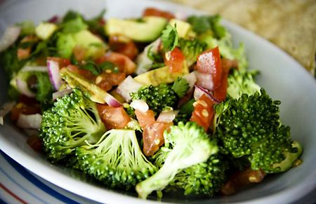 Brokkoli saláta