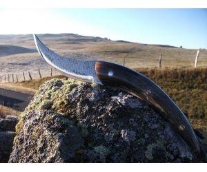 """"""" Lou Mazuc""""  Couteau a Fromage qui veut dire en occitan """"Le buron"""" situé sur le plateau de l'Aubrac. Un buron est un bâtiment en pierre, couvert de lauzes ou d'ardoises, que l'on trouve sur les « montagnes », pâturages en altitude que les éleveurs de vallée possèdent et exploitent de façon saisonnière dans les monts de  l'Aubrac, Ils servent à abriter la fabrication du fromage Laguiole ou la fourme d'Aubrac. http://www.lamedelaubrac.com/boutique/index.php"""