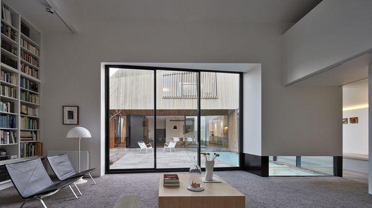 Проект обновления и расширения этого частного дома был выполнен архитекторами Coy Yiontis Architects для того, чтобы здесь могла жить большая семья из восьми человек. Глобальная переделка предусматривала спальни для каждого из четырёх детей, для родителей и бабушки с дедушкой, а также просторные ...