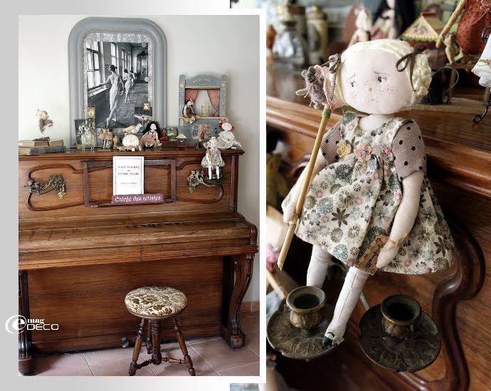 Mise en scène de poupées de collection sur un vieux piano de famille