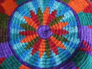 Esta mochila es una interpretación de Quetzalcoatl, la serpiente emplumada de las culturas mesoamericanas. Específicamente del santuario...