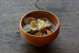 いちばん丁寧な和食レシピサイト、白ごはん.comの『おいしい味噌汁の作り方』を紹介するレシピページです。基本のだし取り、味噌の使い分け、具材の組み合わせまで、毎日食卓に上る味噌汁を丁寧に作る方法を紹介しています。美味しく味噌汁を作るコツを知って、ぜひおいしい味噌汁を!
