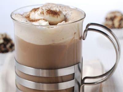Además del café de tu preferencia, solo necesitarás una cáscara de naranja, leche, una cucharadita de cacao y otra de azúcar. La canela es opcional. Receta aquí.