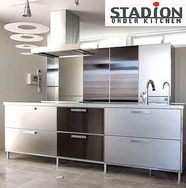 オールステンレスのアイランドキッチンとバックセットは カラーステンレスを織り込んで存在感を.. http://www.stadion.co.jp/