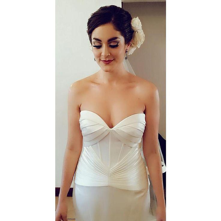 Haciendo un throwback con esta linda novia, minutos después de haber terminado su maquillaje. Veo la foto y  la recuerdo cuando era niña y se subía al bus de mi colegio con sus colochos al aire, su piel de porcelana y sus cejas voluminosas. No puedo explicar la dicha que siento al maquillar novias que llevo una vida conociendo... #bridalmakeupguatemla #makeupartistguatemala #weddingmakeupguatemala #maquilladoraparabodaguatemala