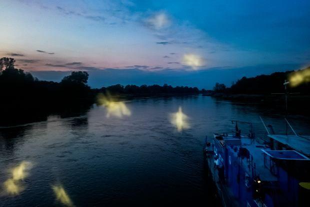 Odra poniżej Chobieni widziana o zmierzchu z barki fot.Mikołaj Nowacki