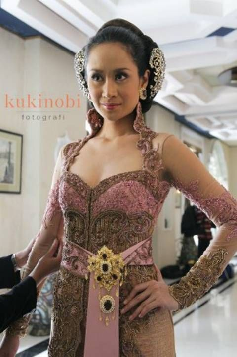 Latest Kebaya Collection 2012 by Anne Avantie