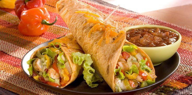 Burritos au poulet, riz et légumes à la mexicaine