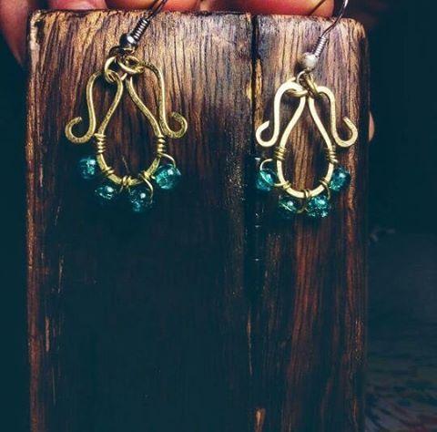 Orecchini in ottone e perline in vetro; Per sapere il prezzo visitate la pagina facebook, https://www.facebook.com/creazionirame/ #ottone#orecchini #wire#perline#bijou#gioielli#artigianato#bijoux#handmade#earrings