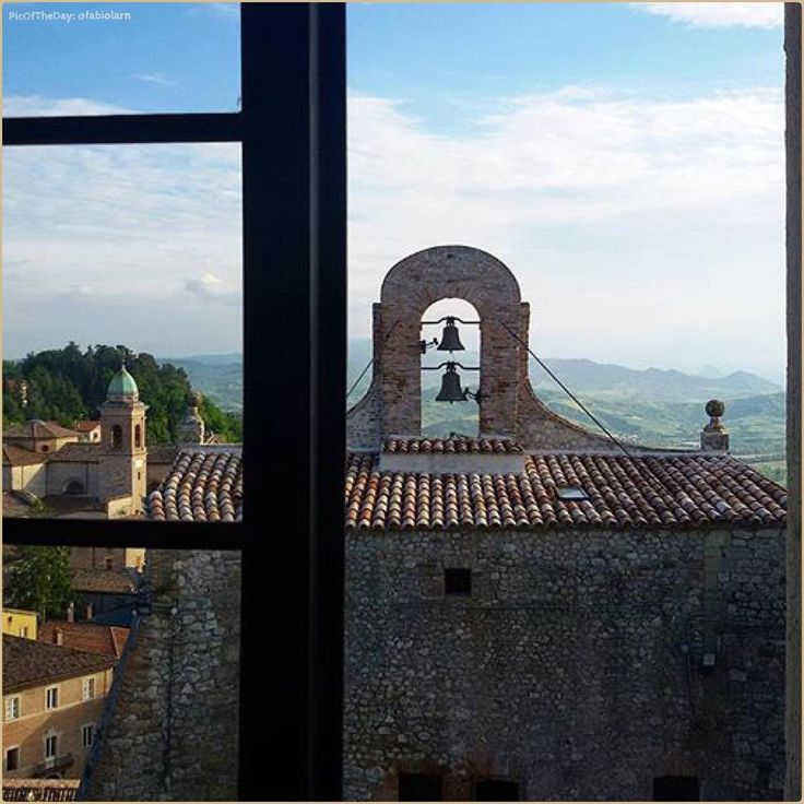 """Rocca con vista"" La #PicOfTheDay #turismoer di oggi scruta il panorama sulla #Valmarecchia della Rocca Malatestiana di #Verucchio. Complimenti e grazie a @fabiolarn / ""Fortress with a view"" Today's #PicOfTheDay #turismoer peers the landscape over #Marecchia Valley from the Malatesta Fortress of #Verucchio. Congrats and thanks to @fabiolarn"