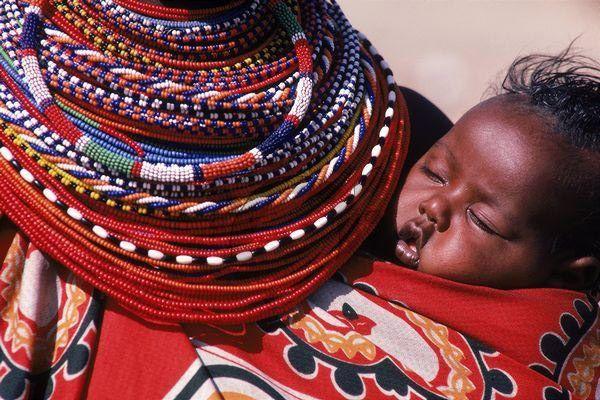 Tra le complesse tradizioni e rituali del popolo dei Samburu, tribù del nord del Kenya, c'è una sorta di danza dell'amore che apre il cerimoniale del corteggiamento. Quando il giovane uomo individua la prescelta, le getta sul viso la chioma di capelli acconciati e colorati d'ocra: è questo il segno chiaro della passione scoccata. Se lei ricambia, si aspetta in dono nuove collane di perline colorate per aumentare il fascio già abbondante che le adorna il collo.