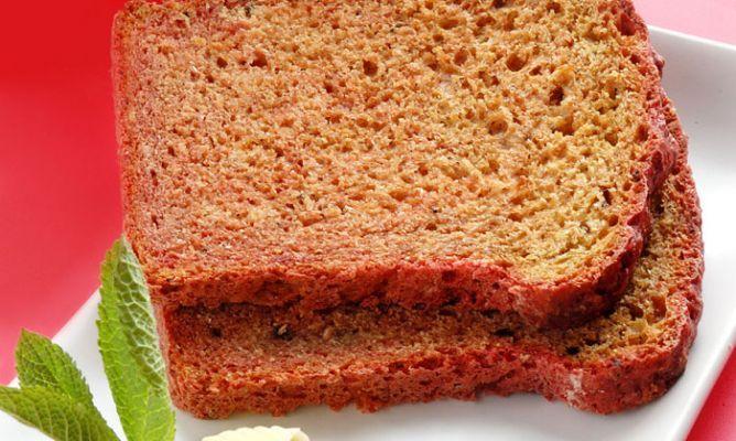 PAN DE REMOLACHA  1 kg. de harina integral 3 remolachas cocidas 1 vaso de caldo de remolacha 4 cucharaditas miel 3 cucharaditas bicarbonato 2 cucharaditas de sal gruesa 2 cucharaditas de jengibre en polvo 1/2 vaso de aceite virgen extra mantequilla harina hojas de menta  http://www.hogarutil.com/cocina/recetas/recetas-pan/200504/remolacha-2160.html