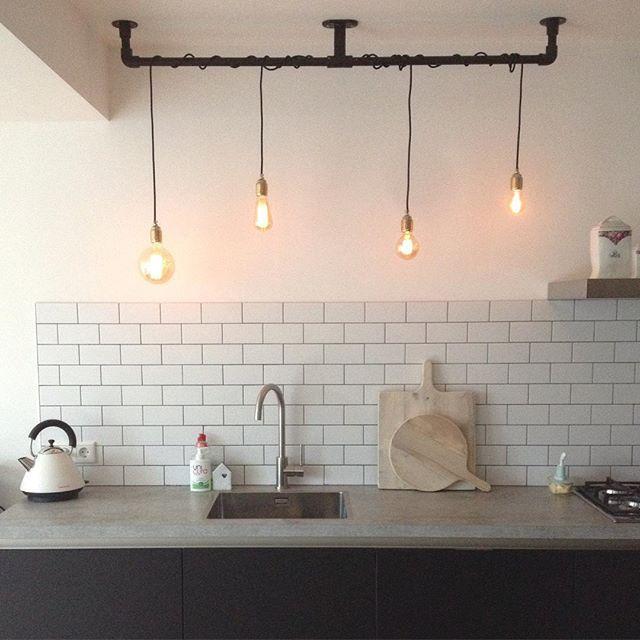 Dit is mijn #onefromthecuttingroomfloor @angelina_cura  Deze foto heb ik gemaakt nadat mijn oom mijn zelfgemaakte lamp had opgehangen en aangesloten. De styling laat dus te wensen over....  Zin om mee te doen @sunvandermeer? #interior #interiør #interieur #kitchen #kitchenview #kijkjeindekeuken #cooking #homedeco #home123 #ilovemyinterior #interior4all #interior4you #interiorwarrior #interiordesign #room4inspo #diy #home #instahome #wonen #101woonideeen