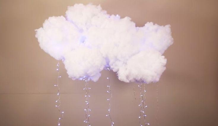 Se le comuni lampade vi annoiano allora potete creare un'originale nuvola di luci. Per realizzarla basta prendere una lanterna di carta, dell'ovatta, della colla, un bastone di legno, un filo di nylon e dei fili di luci.