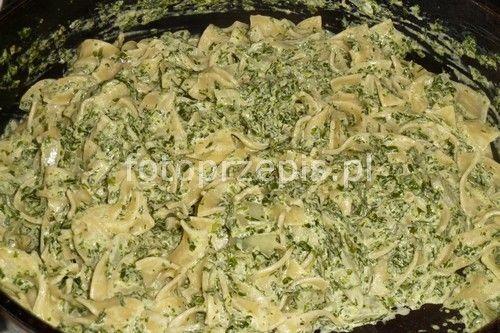 Makaron tagliatelle w sosie szpinakowo śmietanowym wloska wegetarianskie smazone makaron europejska danie glowne codzienne  przepis foto