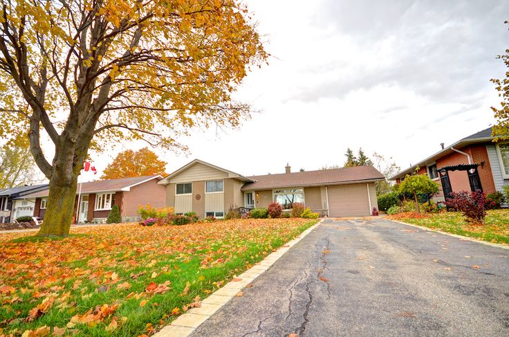 This beautiful side split is set back from the road, allowing a beautiful, deep front lawn.  #Orangeville #OrangevilleOntario #OrangevilleRealEstate