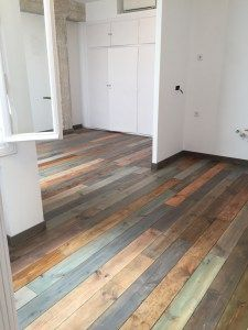 Suelo renovado para la agencia Wanted. Para ello hemos utilizado madera de pino tratada tablón a tablón con diferentes pátinas para obtener diferentes tonalidades en el color. El resultado es cálido y moderno al mismo tiempo. #oikkideco #suelo #floor