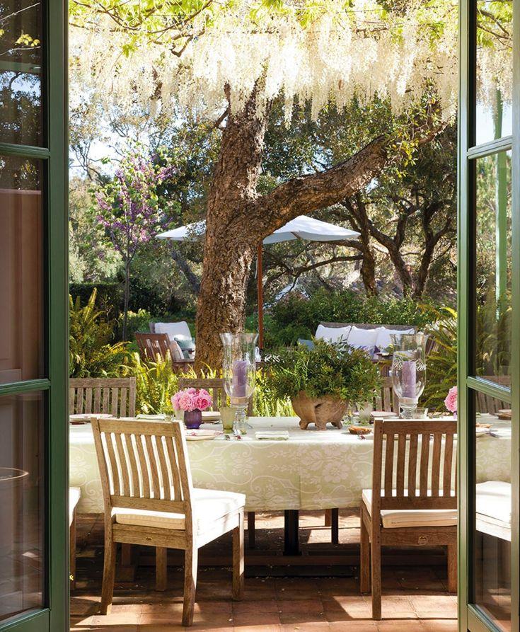 comedor exterior con vistas al jardn con muebles de madera portavelas yu
