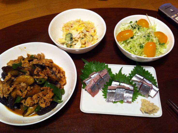 9/13晩ご飯。肉なすピーマン炒め、サンマの刺身、ポテトサラダ、グリーンサラダ。