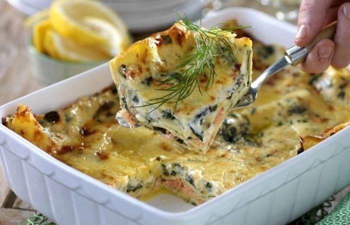 Lasagne med lax, spenat och ädelostsås – en ny receptfavorit som passar fint till både vardag och fest. Och visst är det härligt när man kan servera hela middagen ur en och samma form!