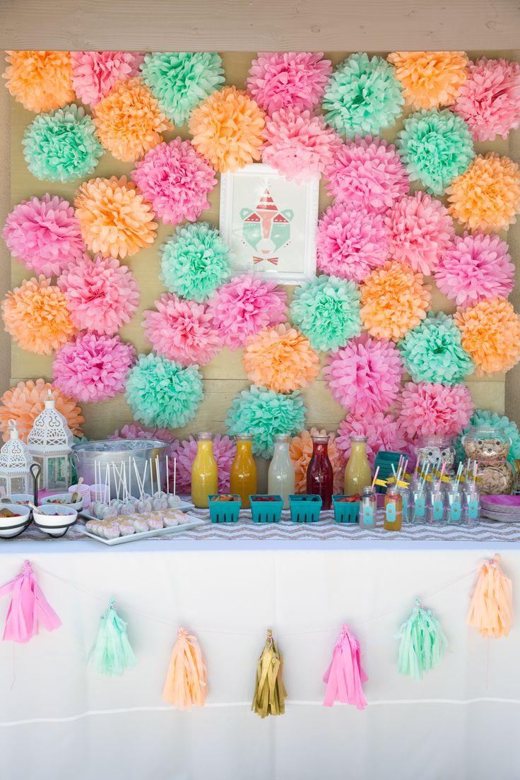 Mesa de festa com painel de pom pons de papel