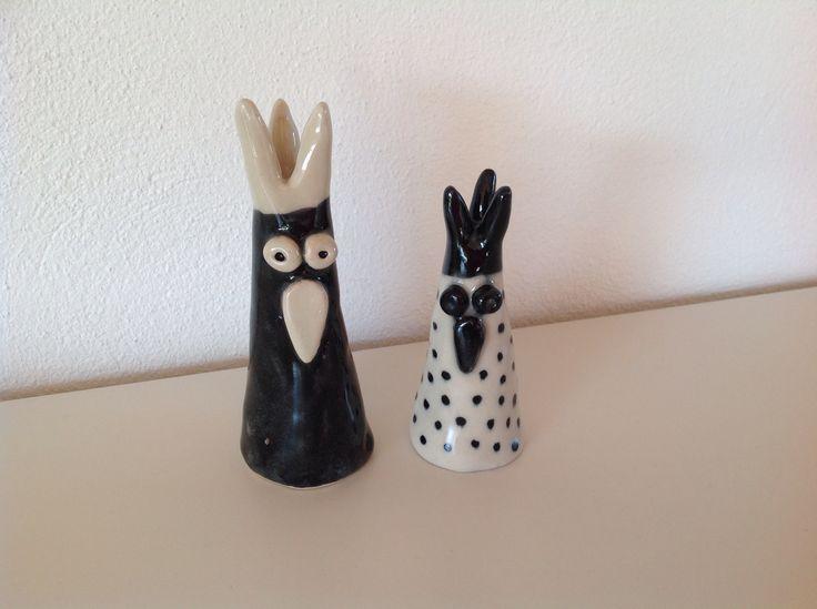 Ceramic chicken for Easter. Påskehøns i glaseret stentøjsler.
