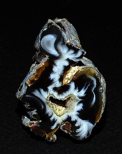 Ocho Agate (feather), Brazil / #nature #rocks #minerals