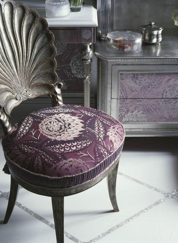 Ванная хозяйки. Туалетный столик сделан на заказ, кресло XIX века куплено на Christie's и перетянуто тканью от Prelle.