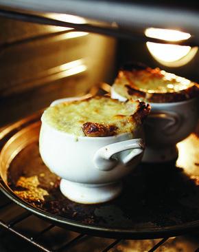 Le réconfort de la soupe à l'oignon gratinée proposée par le livre de cuisine La croûte cassée / recettes simples pour bien manger sans se ruiner.