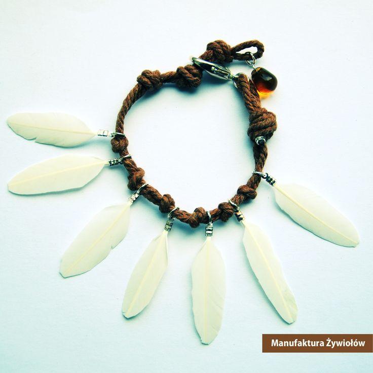 Rajskie ptaki zaczynają szykować się do lotów w ciepłe kraje. W lesie pełno piór, które oprawione powiewają zaczepione na lnianej lince. Poranna rosa w lesie jak zawsze zachwyca kolorami, tym razem kropla w miodowym odcieniu zwiastująca nadchodzącą jesień...  Indiańska bransoletka dla kobiet, które znają się na czarach ;)