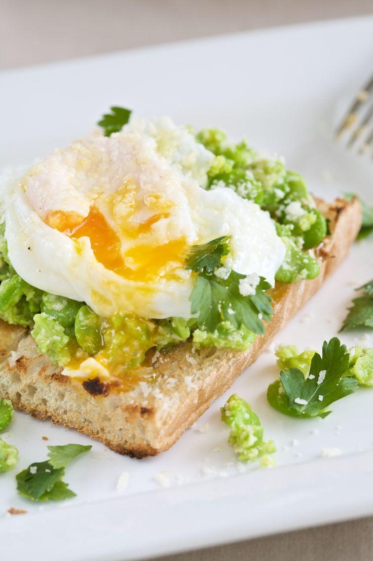 Zalig brunchen: zuurdesembrood met tuinbonen, gepocheerde eitjes en Parmezaan