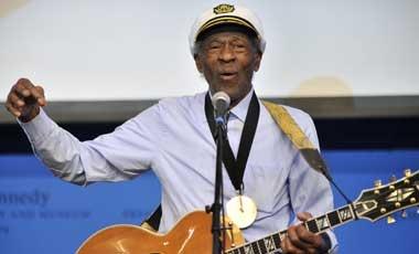 Chuck Berry, viene a Chile el 16 de abril...  (http://www.latercera.com/noticia/entretencion/2012/12/661-496655-9-chuck-berry-el-padre-del-rock-and-roll-agenda-concierto-en-chile.shtml#)