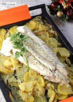 Receta de merluza al horno con patatas panaderas. Receta fácil de pescado ideal para Navidad. Con fotos paso a paso de su elaboración y presentac...