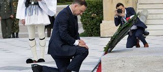 EΛΛΗΝΙΚΗ ΔΡΑΣΗ: Ο Πολωνός Πρόεδρος γονάτισε μπροστά στο Μνημείο το...