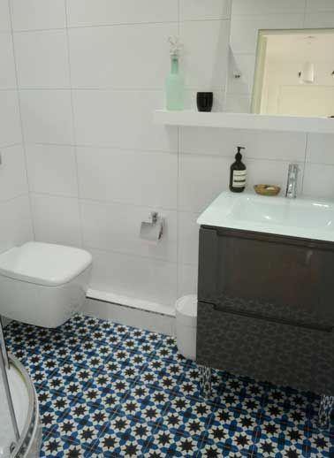 Sol Salle de bain en carreaux de ciment bleu motif mosaique