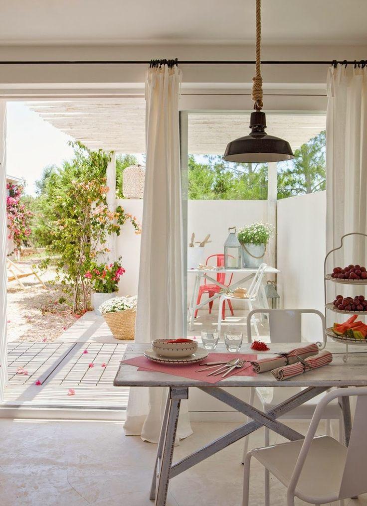 wystrój wnętrz, home decor, wnętrza, aranżacje, białe wnętrza, domek wakacyjny, styl skandynawski, jadalnia, stół, krzesła