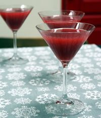 """Un cocktail rose flashy pour un apéro entre filles, je vous l'accorde c'est super """" cliché"""" mais je ne sais pas pourquoi : ça fait plaisir ! Je vous propose de préparer à l'avance votre joli breuvage et n'apporter la touche finale (la limonade) qu'au dern"""
