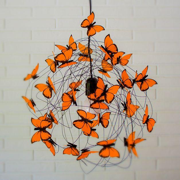 PROPRIÉTÉS: lampe de chaux puissance noire cordon, fil d'aluminium noir, porte-lampe et le plafond suspendu a augmenté en couleur noire, et les papillons de orange fluo faite de végétaux français...