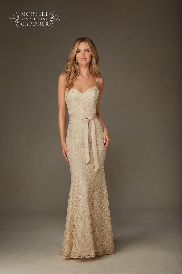 Elegancka, dopasowana suknia wieczorowa Mori Lee z koronki. Piękna koronkowa suknia z wyhaftowanymi cekinami, nadające jej wieczorowego stylu. Dekolt eksponuje …