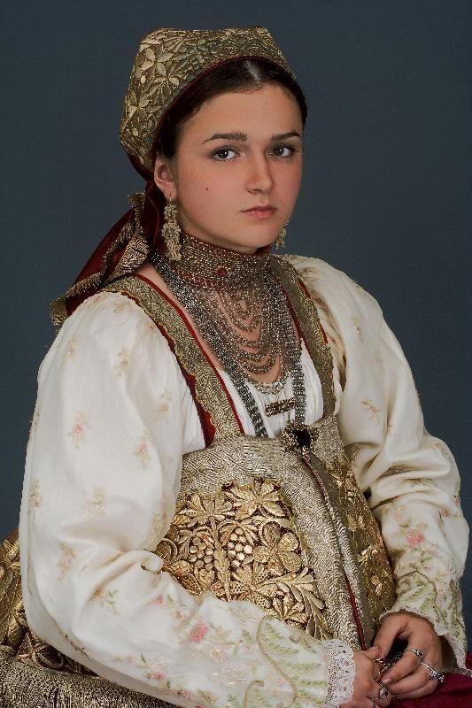 Russian beauty. A girl in a national folk costume (Russian North) Русский народный костюм в работах Дмитрия Давыдова