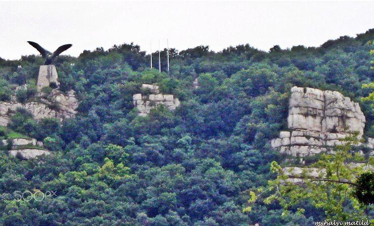 stone mountain Tatabánya,Hungary - Europe's largest bird statue.  A madár szárnya kiterjesztett mintegy 15 méter hosszú. A 14 méter hosszú kard.