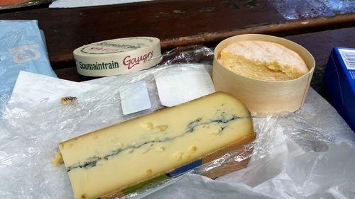Soumaintrain & Morbier. It's supermarket cheese, but it was still pretty good. / C'est du fromage du supermarché, mais il était bon quand même.