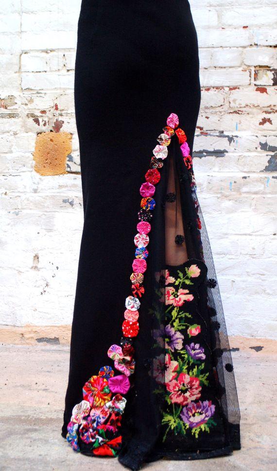 Jupe sirène noire avec dentelle, canevas et fleurs multicolores