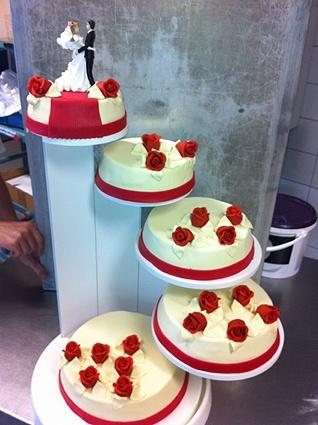 Wit met rode rozen. Bruidstaart van Meesterbakker van Maanen.