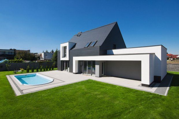 Skromny dom z basenem to pierwsza realizacja architektów skupionych w Nowej Grupie Projektowej
