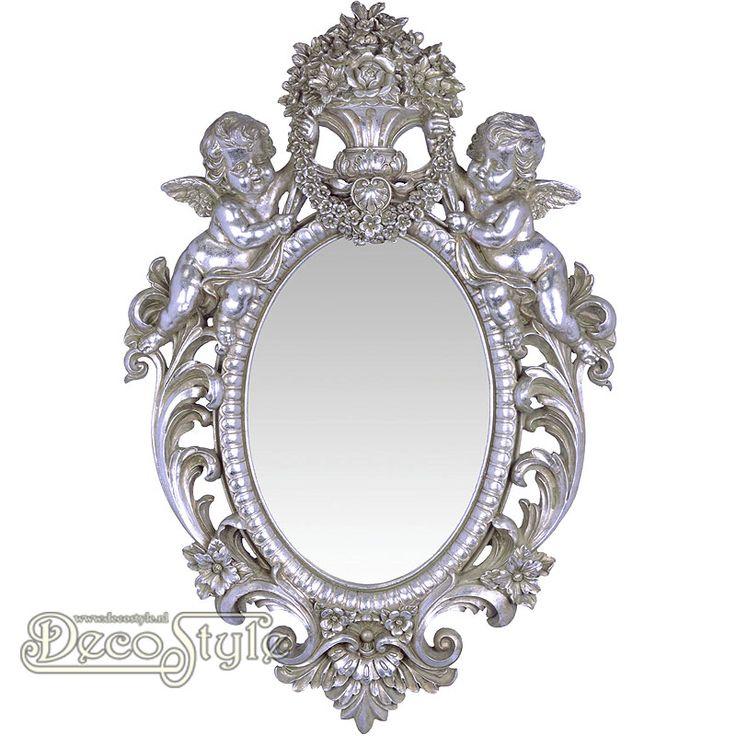 Barok Spiegel Angels Zilver  Klassiek rijk versierde Barok spiegel. Met aan de bovenzijde twee engelen die een bloemenvaas vast   houden.  Kleur: Antiek Zilver  Materiaal: Polystone  Afmetingen: Hoogte : 73.3 cm Breedte: 49.2 cm Diepte: 8 cm  RESIN WALL MIRROR FLANKED BY TWO PUTTI SILVER