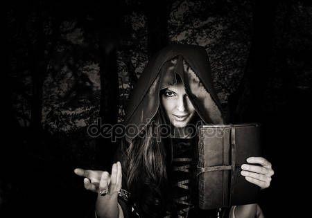 Скачать - Красивые молодые Хэллоуин ведьмы старый магические книги — стоковое изображение #83696538
