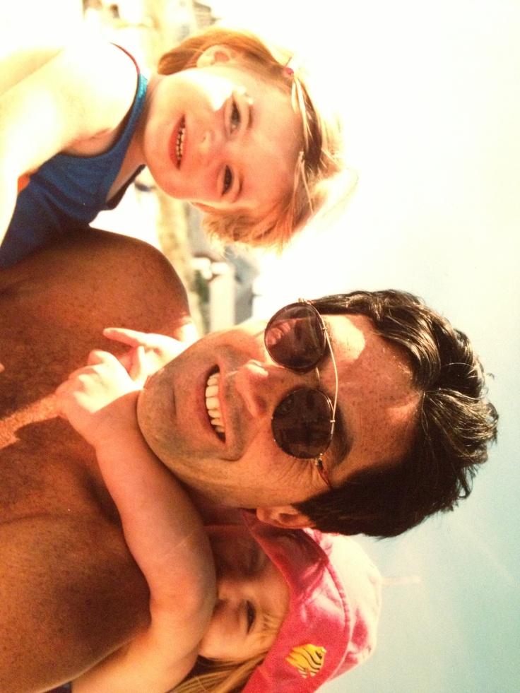 Ero avevo quatro anni nella foto. Mio padre e mia sorella erano nella foto con me. Mio padre era aveva i capelli neri. Sadie era aveva i denti bianci. Ero avevo bracci grassi. Evavamo a spiaggia. Faceva molto caldo. Eravamo eccitati per abbiamo nuotato in mare. Sadie ed io abbiamo giocato a spiaggia quel giorno.