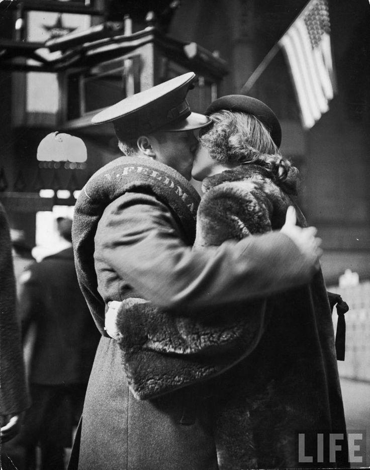 Baisers avant de partir à la guerre - New-York Station - 1944 © Alfred Eisenstaedt / LIFE